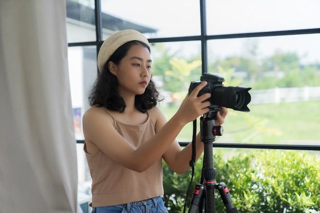 Freelancer fotograaf die foto's op een digitale camera controleert.