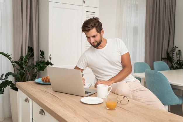 Freelancer geniet van werk thuis