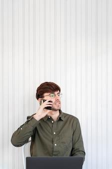 Freelancer in gesprek met zijn cliënt aan de telefoon met kopie ruimte