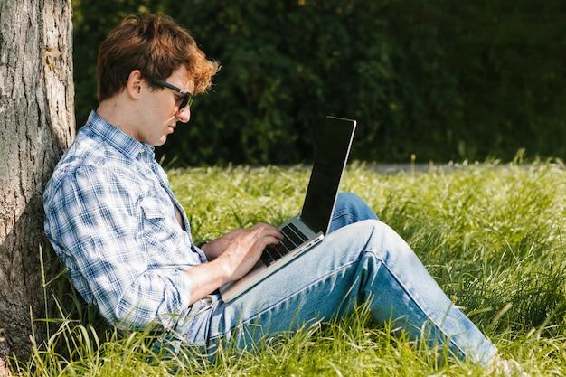 Freelancer in het park aan het werk