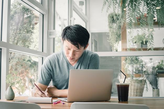 Freelancer man werkt online bij hem thuis.