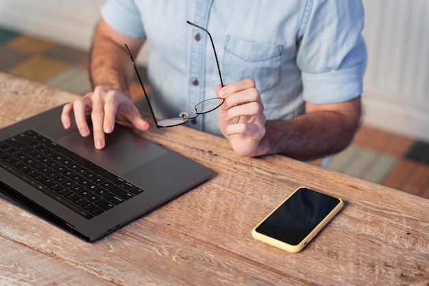 Freelancer op zoek naar nieuwe projecten online met kopieerruimte