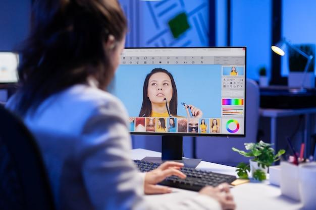 Freelancer retoucheervrouw werkt overuren op laptopcomputer met fotobewerkingssoftware