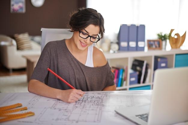Freelancer tijdens het werk in het thuiskantoor