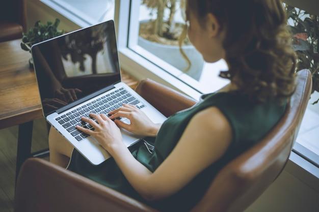 Freelancer-vrouw werkt online bij haar thuis