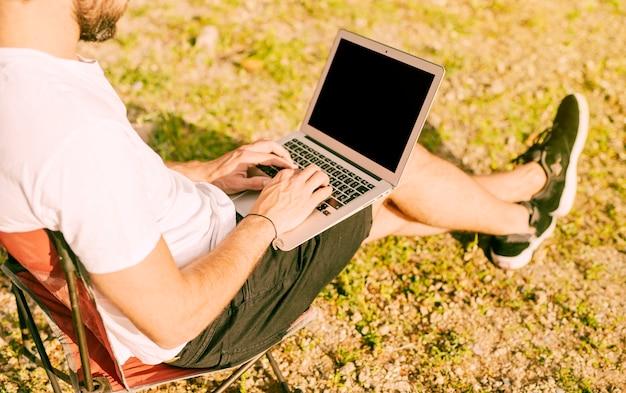 Freelancer werkt buitenshuis met laptop