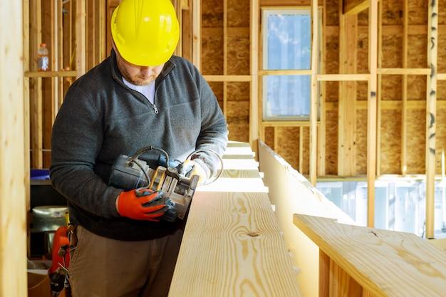 Freesgereedschap voor houtbewerkende timmerman met freestrimmer in meubeldetails