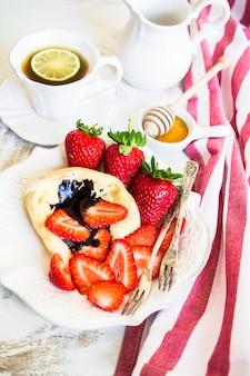 Freh aardbeien en pannenkoeken