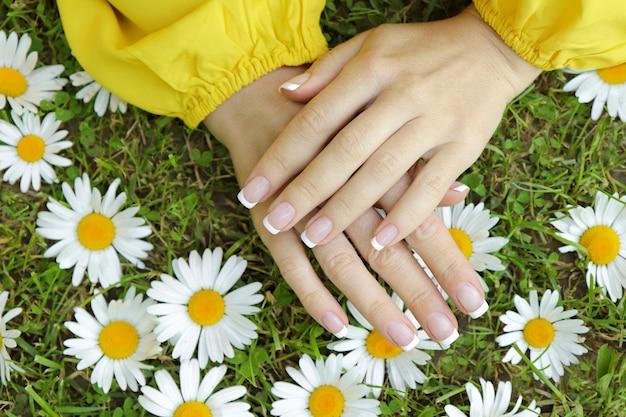 French manicure op de veldmadeliefjes in de zomer.