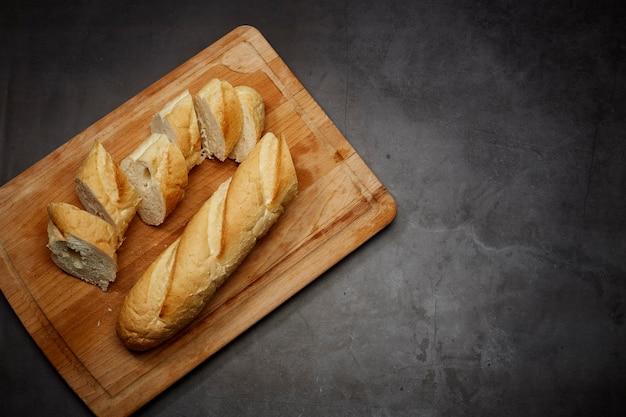 Frensh brood op houten hakbord