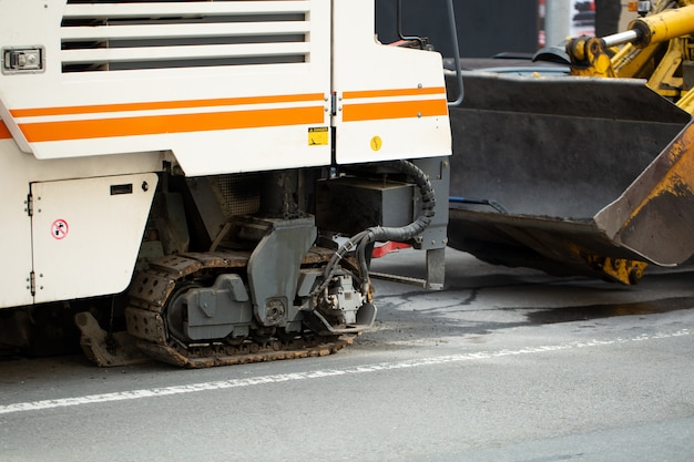 Frezen van asfalt voor wegenaanleg