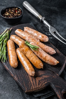 Fried bratwurst of hotdogs worstjes op een houten bord. bovenaanzicht.