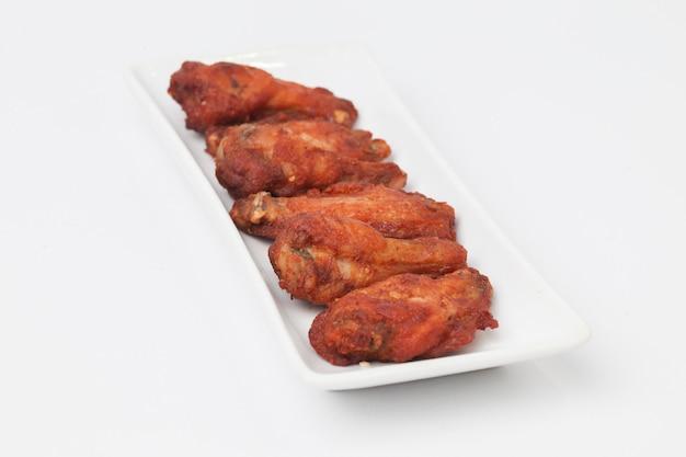 Fried chicken wings op witte ruimte