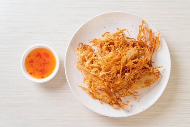 Fried enoki mushroom of golden needle mushroom - veganistisch en vegetarisch eten