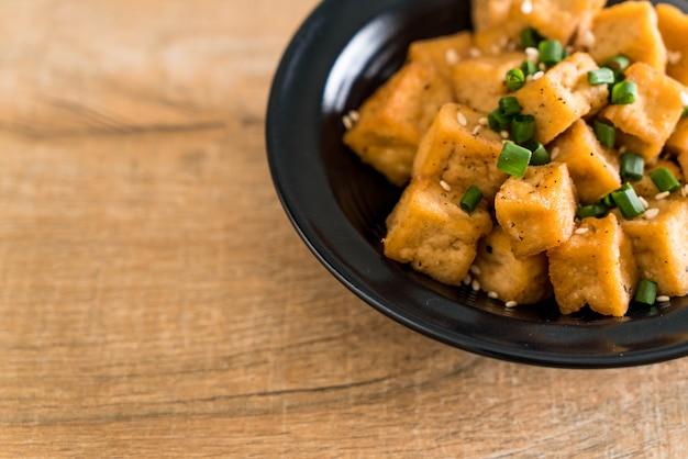 Fried tofu in een kom met sesam
