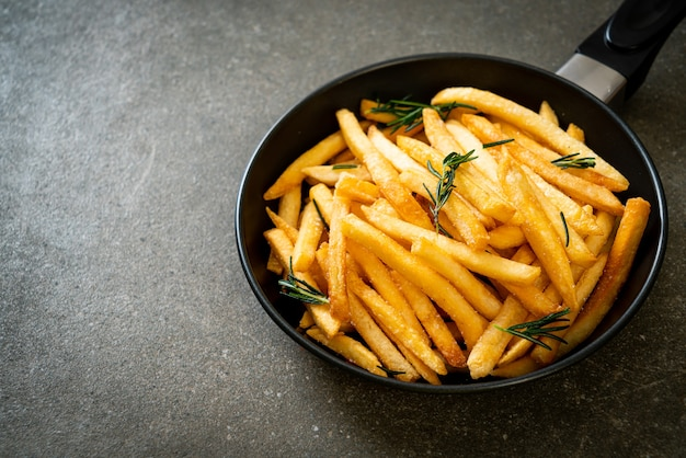 Frieten of chips met zure room en ketchup