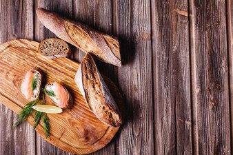 Fris en gezond eten. Snack- of lunchideeën. Zelfgebakken brood met citroen en zalm