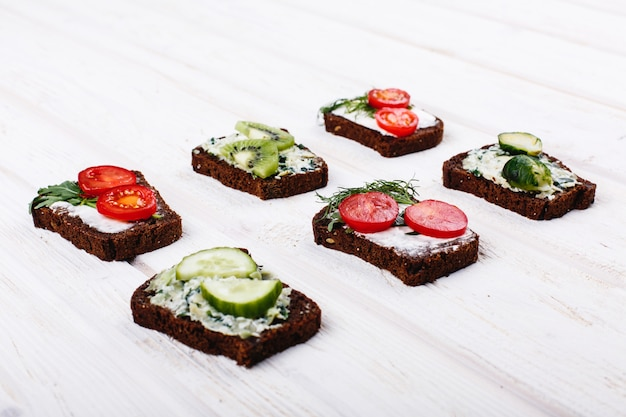 Fris en gezond eten. snack- of lunchideeën. zelfgemaakt brood met kaas, avocado