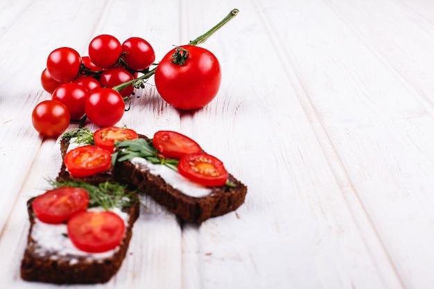 Fris en gezond eten. snack- of lunchideeën. zelfgemaakt brood met kaas