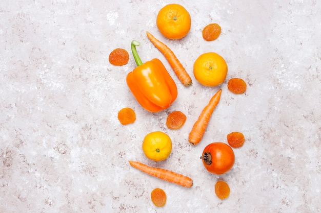 Fris oranje foodson betonoppervlak