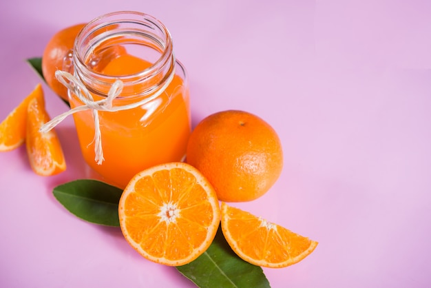 Fris oranje met sinaasappelschijfje