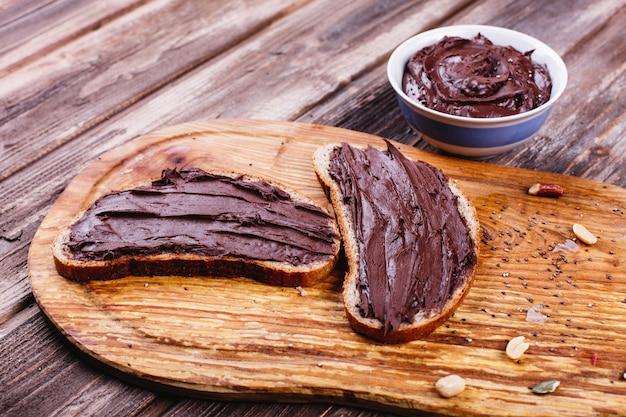 Fris, smakelijk en gezond eten. ideeën voor lunch of ontbijt. brood met chocoladeboter ligt
