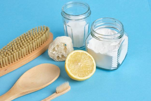 Frisdrank citroenborstel en frisdrank op blauwe achtergrond eco cleanong set