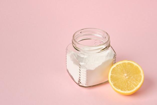 Frisdrank en citroen op roze achtergrond kopie ruimte eco-vriendelijke schoonmaak concept