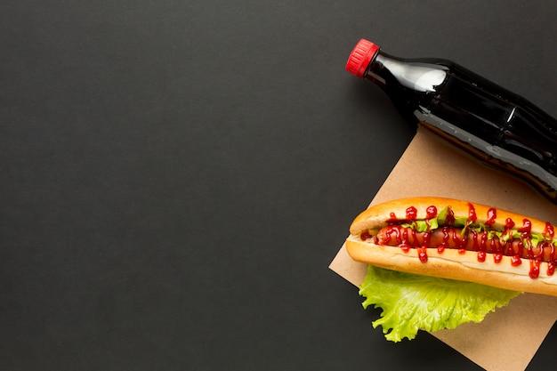 Frisdrank en hotdog op zwarte achtergrond