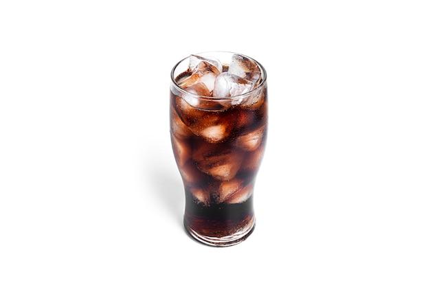 Frisdrank met ijs in een transparant glas geïsoleerd op een witte achtergrond. hoge kwaliteit foto