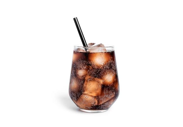 Frisdrank met ijs in een transparant glas geïsoleerd.