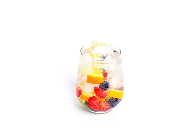 Frisdrank met stukjes fruit geïsoleerd fruitcocktails frisdrank met fruit