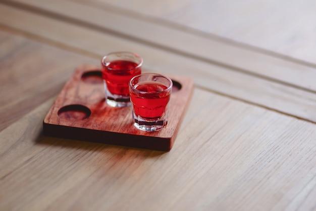 Frisdrank van zacht rood in stapels op een houten standaard