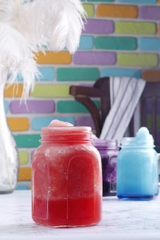 Frisdranken met kleurrijke achtergrond