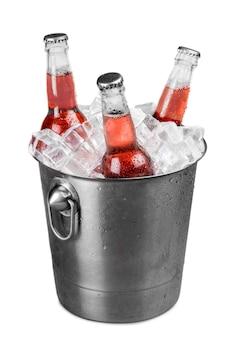 Frisdrankflessen in een emmer gevuld met ijs.