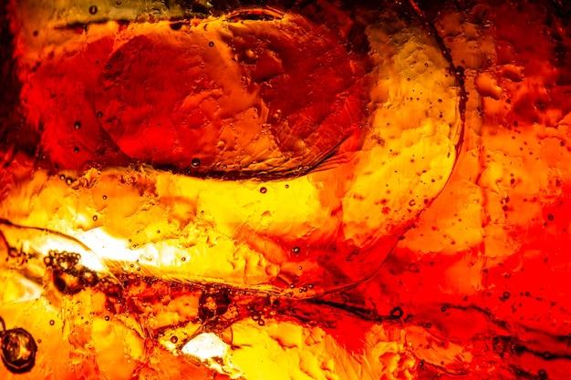Frisdrankglas met ijsplons op donkere achtergrond
