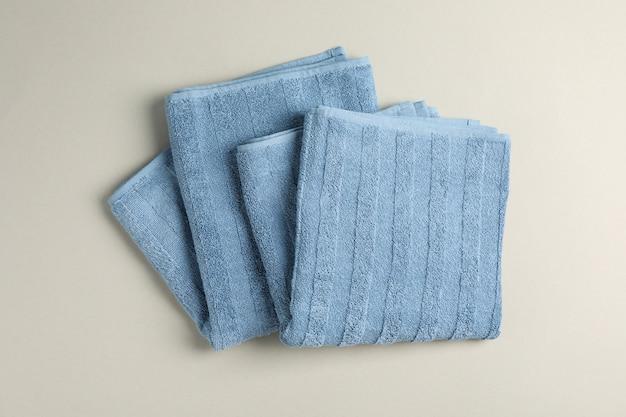 Frisse blauwe handdoeken op grijs, bovenaanzicht