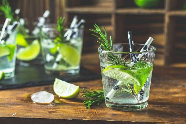 Frisse cocktail met limoen, ijs en rozemarijn
