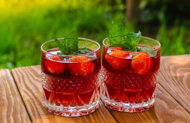 Frisse dranken met munt en aardbeien