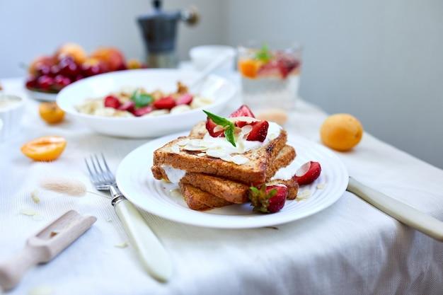 Frisse en lichte continentale ontbijttafel