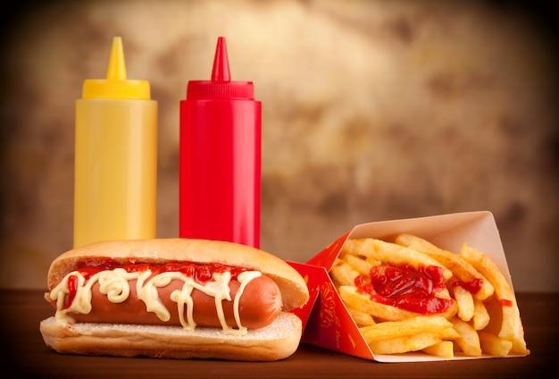 Frisse en smakelijke hotdog met gebakken aardappelen