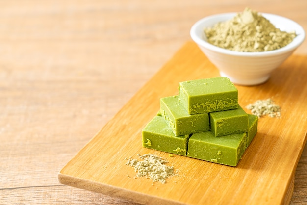 Frisse en zachte matcha groene thee chocolade met matcha groene thee poeder