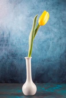 Frisse enkele tulp geplaatst in elegante vaas