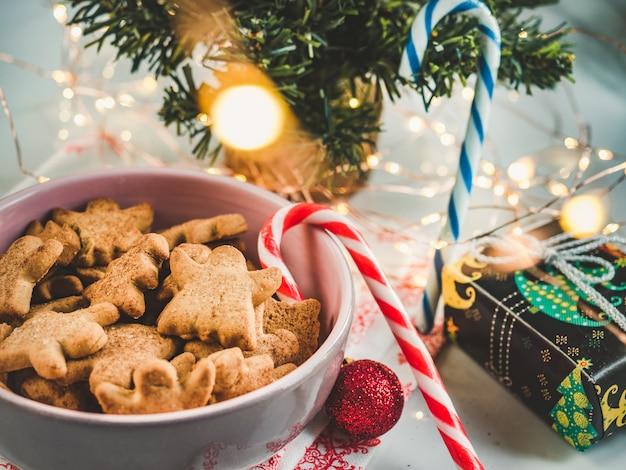 Frisse, geurige zelfgemaakte gebakjes en kerstdecoraties