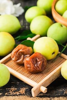 Frisse groene pruim en geconserveerde groene pruim