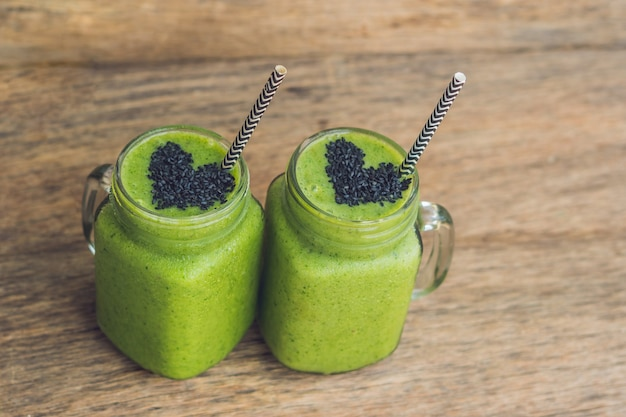 Frisse groene smoothie met banaan en spinazie met hart van sesamzaadjes houden van gezond rauw eten