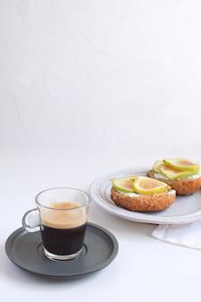 Frisse groene vijgen broodjes canapeetjes grijze rustieke plaat zwarte koffie