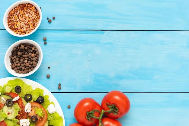 Frisse, heerlijke griekse salade met fetakaas. kopieer ruimte.