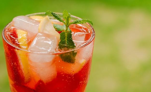 Frisse koude limonade met aardbeien, citroen en munt