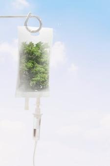 Frisse lucht van bomen in infuuszak earth day media remix